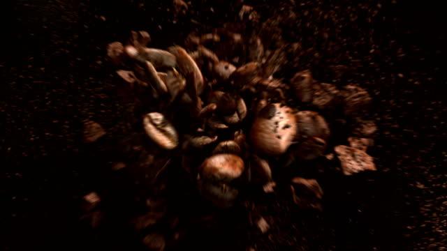 explodierende kaffeebohnen in 4k - rohe kaffeebohne stock-videos und b-roll-filmmaterial