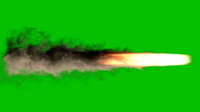 explodierendes feuer, rauch und funken, als ob von einem jet oder raketentriebwerk kraftstoff verbrennt, der eine riesige menge raucht auf einem grünen bildschirm - rakete stock-videos und b-roll-filmmaterial