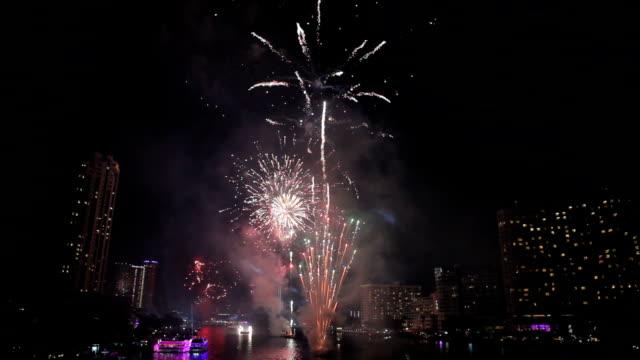 Explotando fuegos artificiales sobre chaophraya río en bangkok Tailandia - vídeo