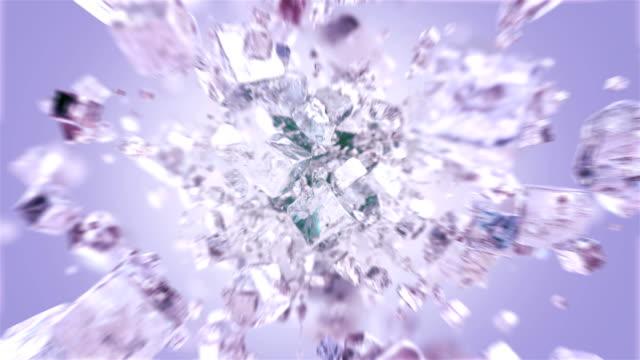 4kで曇った氷の立方体を爆発させる - 氷点の映像素材/bロール