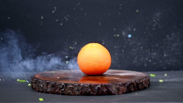 exploderande apelsinfrukt - 4k upplösning - apelsin bildbanksvideor och videomaterial från bakom kulisserna