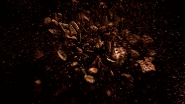 explodierende gerösteten kaffeebohnen in 4k - kaffee stock-videos und b-roll-filmmaterial