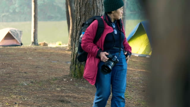 explorer  active seniors women - 60 69 anni video stock e b–roll