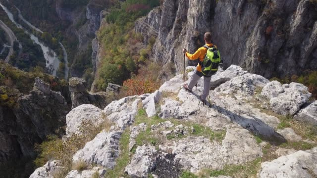 vidéos et rushes de l'explorateur sur le sommet de la montagne, vidéo de bourdon de 4k - paysage extrême