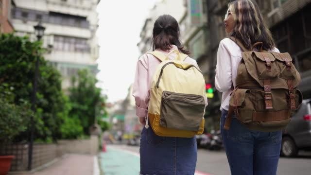 изучение города - турист с рюкзаком стоковые видео и кадры b-roll