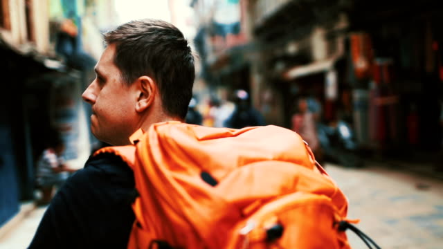 экскурсии по городу - турист с рюкзаком стоковые видео и кадры b-roll