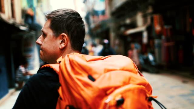 vídeos de stock, filmes e b-roll de explorar a cidade - turista