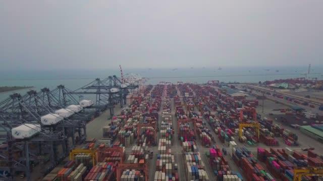 vídeos y material grabado en eventos de stock de buque de exportación en el puerto en asia - suministros escolares