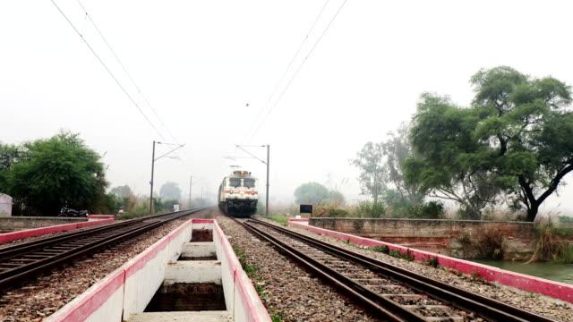 Sneltrein die op spoorlijn loopt. video