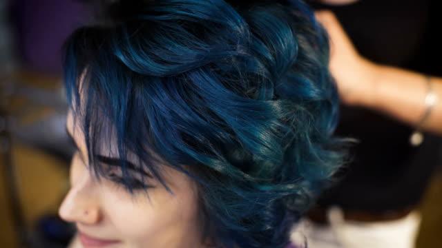 vidéos et rushes de expressif d'une jeune fille de branché - salons et coiffeurs