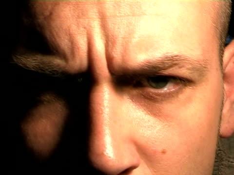 espressivo parlare del viso, gli occhi e naso visibili a video sd - ear talking video stock e b–roll