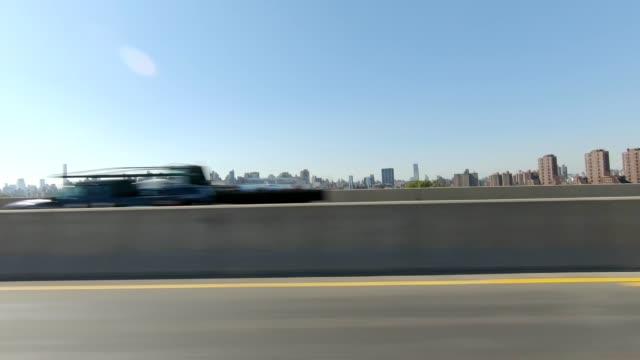 vidéos et rushes de autoroute de nyc iv synchronisé série gauche conduite plaque processus studio - vue latérale