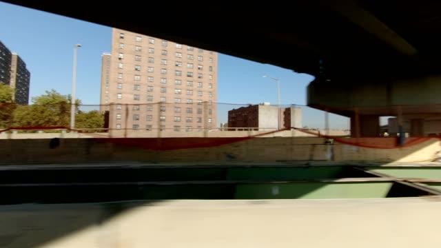 vidéos et rushes de autoroute de nyc viii synchronisé série droite conduite plaque processus studio - vue latérale