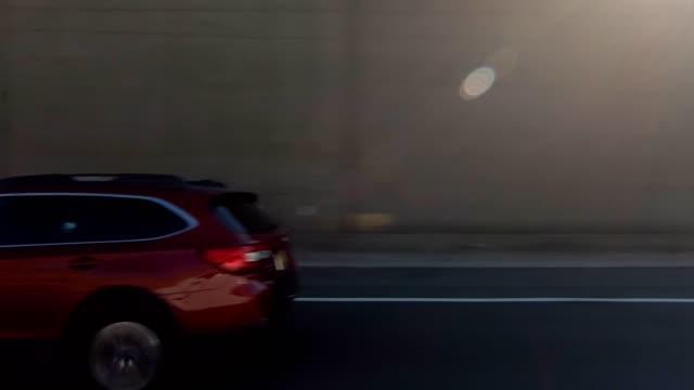 vidéos et rushes de autoroute de nyc xiv synchronisé série droite conduite plaque processus studio - vue latérale