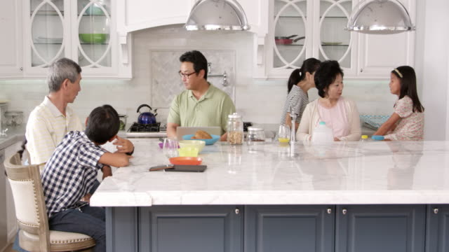 gruppo esteso della famiglia mangiare la colazione a casa scatto su r3d - cultura coreana video stock e b–roll