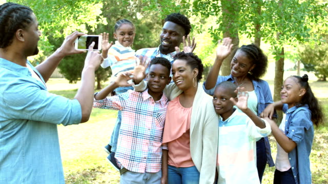 Extended family photo, waving at photographer video