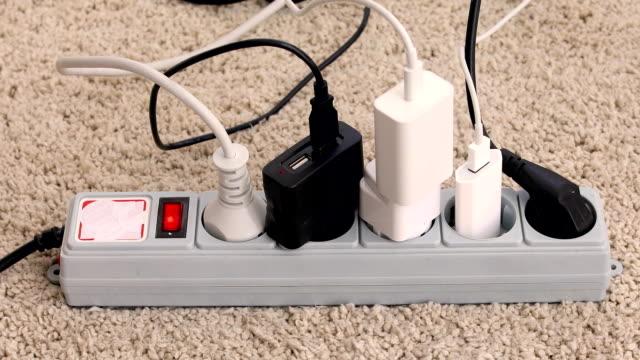 vidéos et rushes de cordon d'extension avec plusieurs prises - vidéos de rallonge électrique