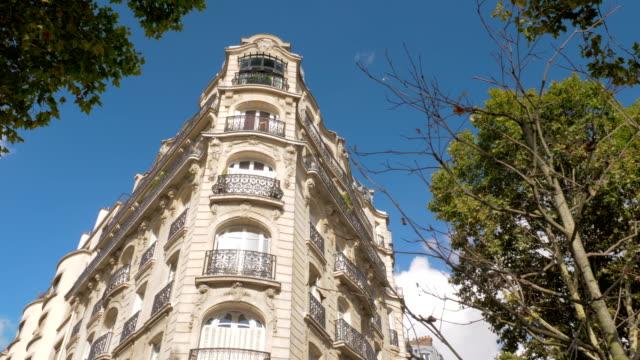 vídeos de stock, filmes e b-roll de exterior do canto de estilo barroco edifício em paris, frança - moda parisiense