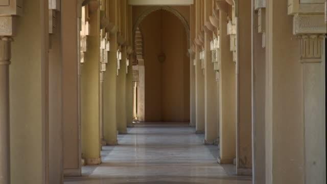外部の廊下のハッサン 2 世モスク、カサブランカ、backzoom 庭園 - モスク点の映像素材/bロール