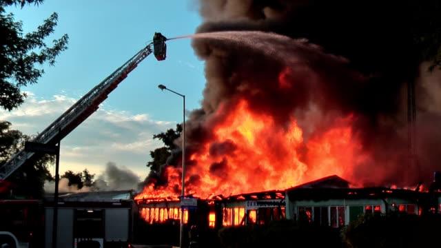 vídeos y material grabado en eventos de stock de gran de extinción de incendios - brigada