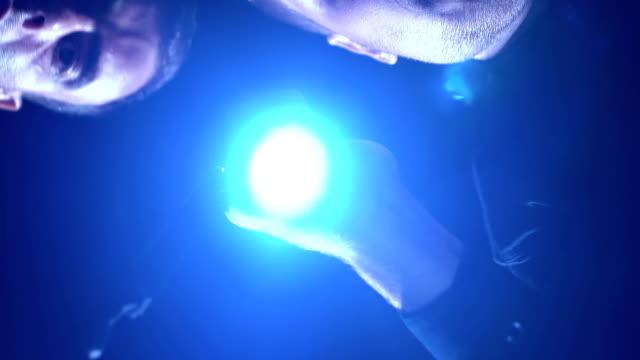 vídeos y material grabado en eventos de stock de extorsionistas control bolsa de rescate, policía captura en acto, emboscada - human trafficking