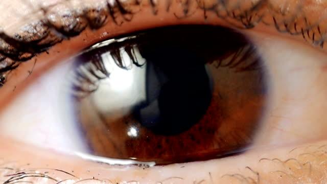 極端なクローズアップ人間の眼アイリス - 検眼医点の映像素材/bロール