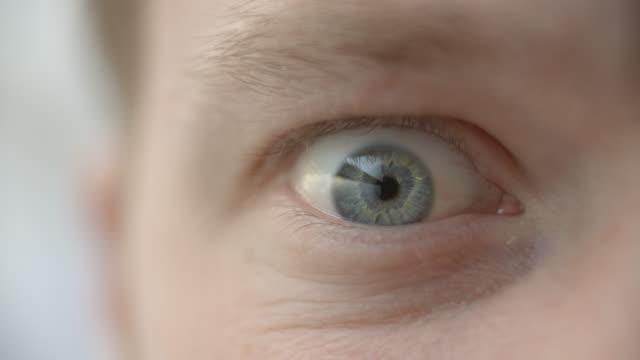 vídeos de stock, filmes e b-roll de close-up de um homem com os olhos abertos no medo ou raiva - largo descrição geral