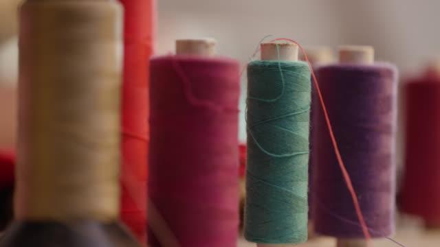 vídeos de stock e filmes b-roll de extreme close up of colorful threads - economia circular