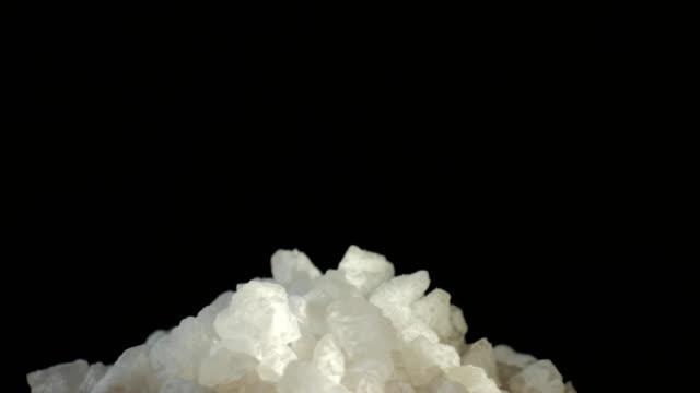 Bидео Extreme close up of sea salt crystals