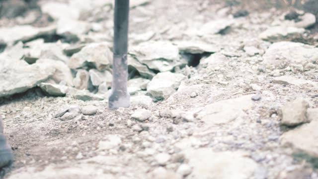 extreme närbild av en byggnads arbetare med jackhammer. arbetar på en bygg arbets plats. borrning, bygg arbets plats, bygg branschen, bromsa upp en klippa - construction workwear floor bildbanksvideor och videomaterial från bakom kulisserna