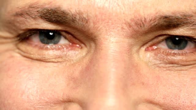 extrem närbild av mogen man med grå ögon - 50 54 år bildbanksvideor och videomaterial från bakom kulisserna