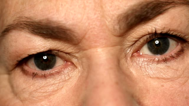 stockvideo's en b-roll-footage met extreme close-up van senior vrouw met grijze ogen - ooglid