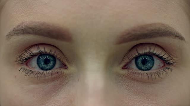 экстремальный крупным планом на голубом человеческом глазу - близко к стоковые видео и кадры b-roll