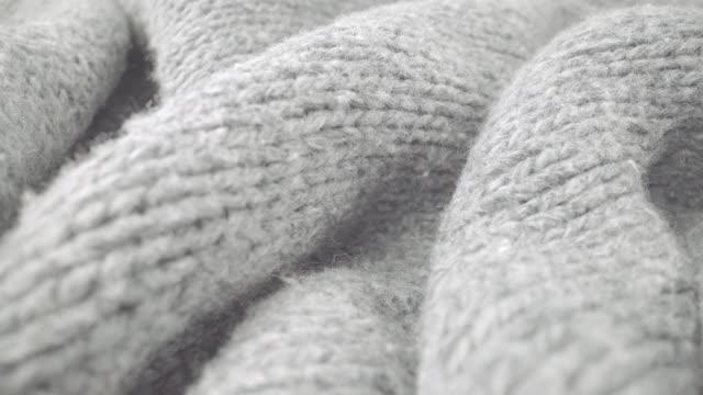 vídeos de stock e filmes b-roll de extreme detail view of sheep wool cloth texture flowing in macro dolly shot. - fofo texturizado