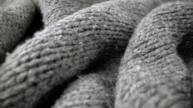 vídeos y material grabado en eventos de stock de vista de detalle extremo de la textura del paño de lana de oveja que fluye en macro tiro de muñeca. - abrigo