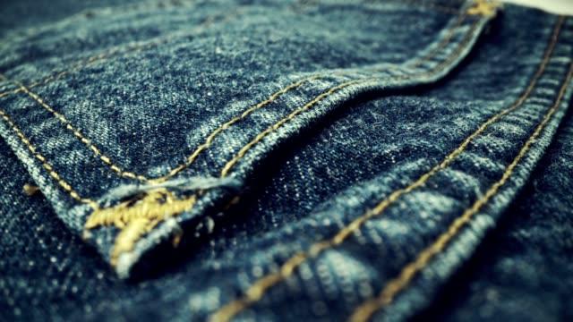extreme detaljerad av blå denim jeans textur i dolly sköt över duken yta. - jeans bildbanksvideor och videomaterial från bakom kulisserna