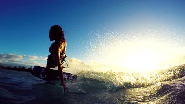 Extreme Kitesurfing surfista no pôr-do-sol. Verão Ocean esporte em câmera lenta. - vídeo