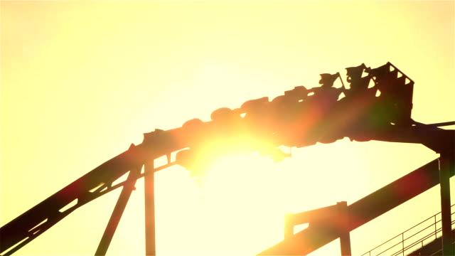 al rallentatore : giro sulle montagne russe estreme a testa in giù looping - adrenalina video stock e b–roll