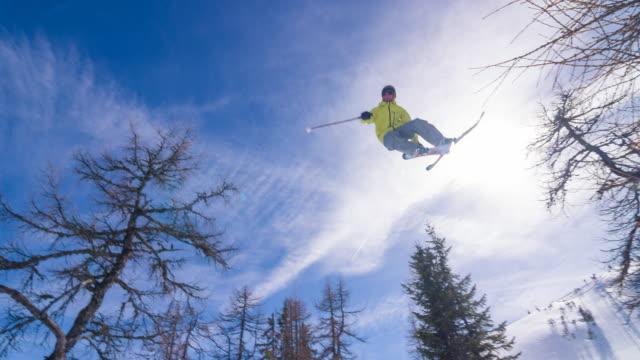 extreme лыжница выполнение взятку - трюк стоковые видео и кадры b-roll