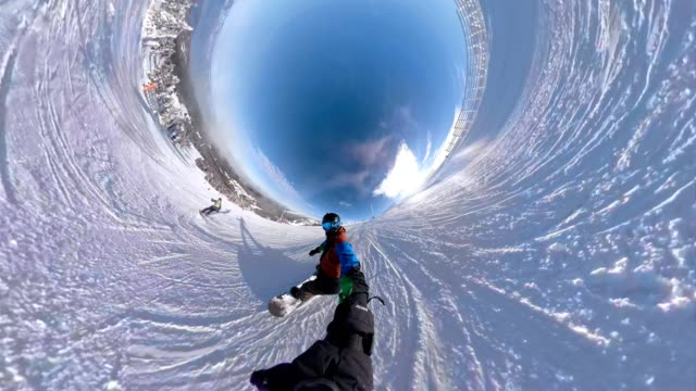 extreme snowboarder holding a monopod while snowboarding - adrenalina video stock e b–roll