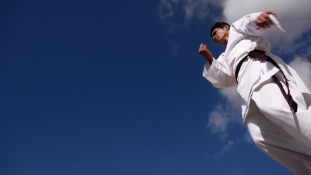 Esporte radical latino-americanos atleta saltar durante a luta de Karate - vídeo