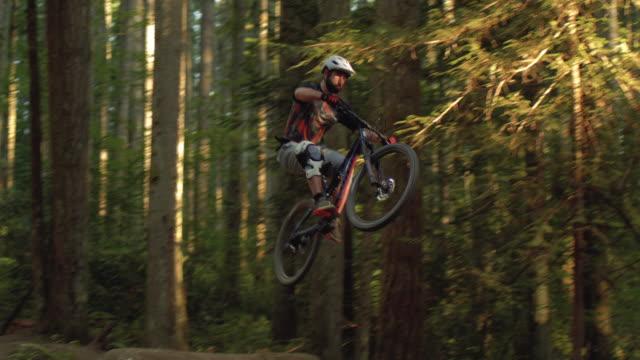 二重障害物にエアジャンプマウンテンバイクをキャッチ極端なスポーツ選手 ビデオ