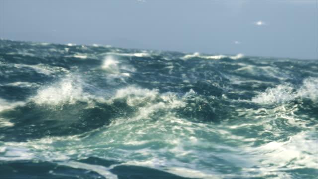 extreme stürmischen seegang - rau stock-videos und b-roll-filmmaterial
