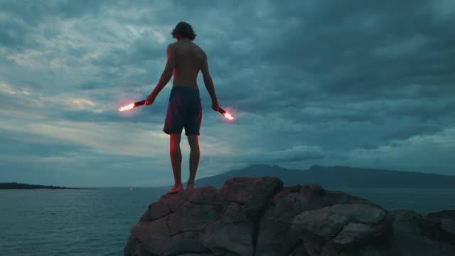 extremer stuntman bereitet sich auf seinen debütsprung vor - stuntman stock-videos und b-roll-filmmaterial