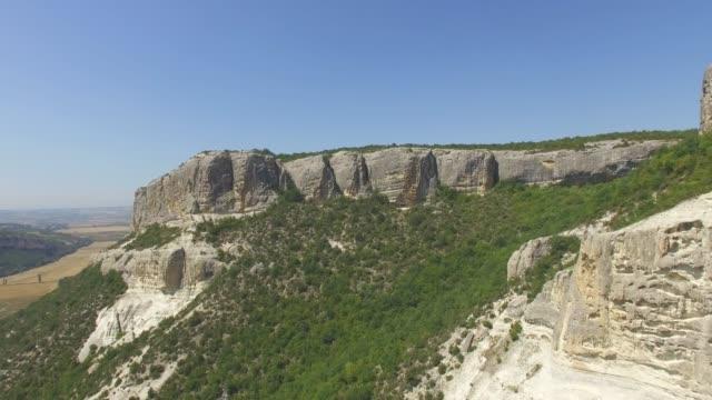 vídeos de stock e filmes b-roll de aerial: extreme terrain in canyons - multicóptero