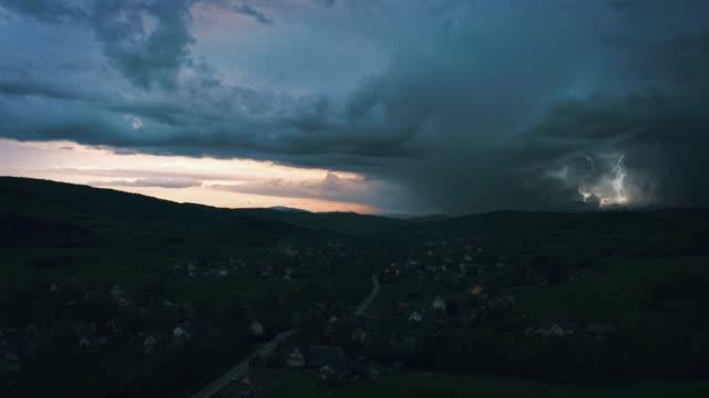 Extremes Gewitter mit mehreren Blitzeinschlägen. Drohnen-Luftaufnahmen. – Video
