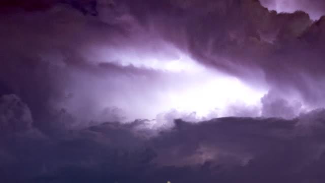 익 스 트림 날씨: 가까이의 미친 번개 blolts - 불길한 스톡 비디오 및 b-롤 화면