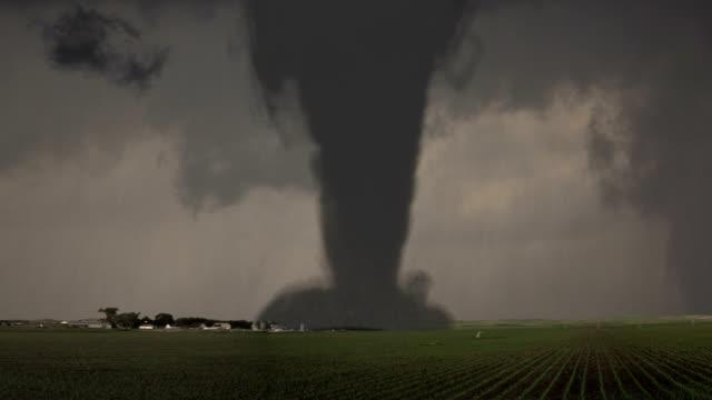 condizioni meteo estreme tornado distruzione - fenomeno naturale video stock e b–roll