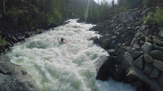 極端なホワイトウォーターカヤック滝ドロップ空中スローモーション ビデオ