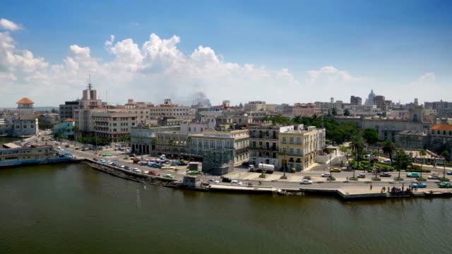 extreme große luftaufnahme von havanna kuba harbor bay pier - havanna stock-videos und b-roll-filmmaterial